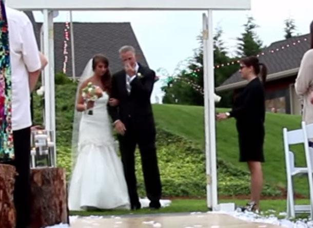 Surprise lors d'une cérémonie de mariage laïque