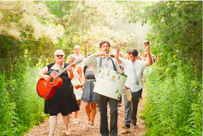 cortège-invités-musique-cérémonie-mariage