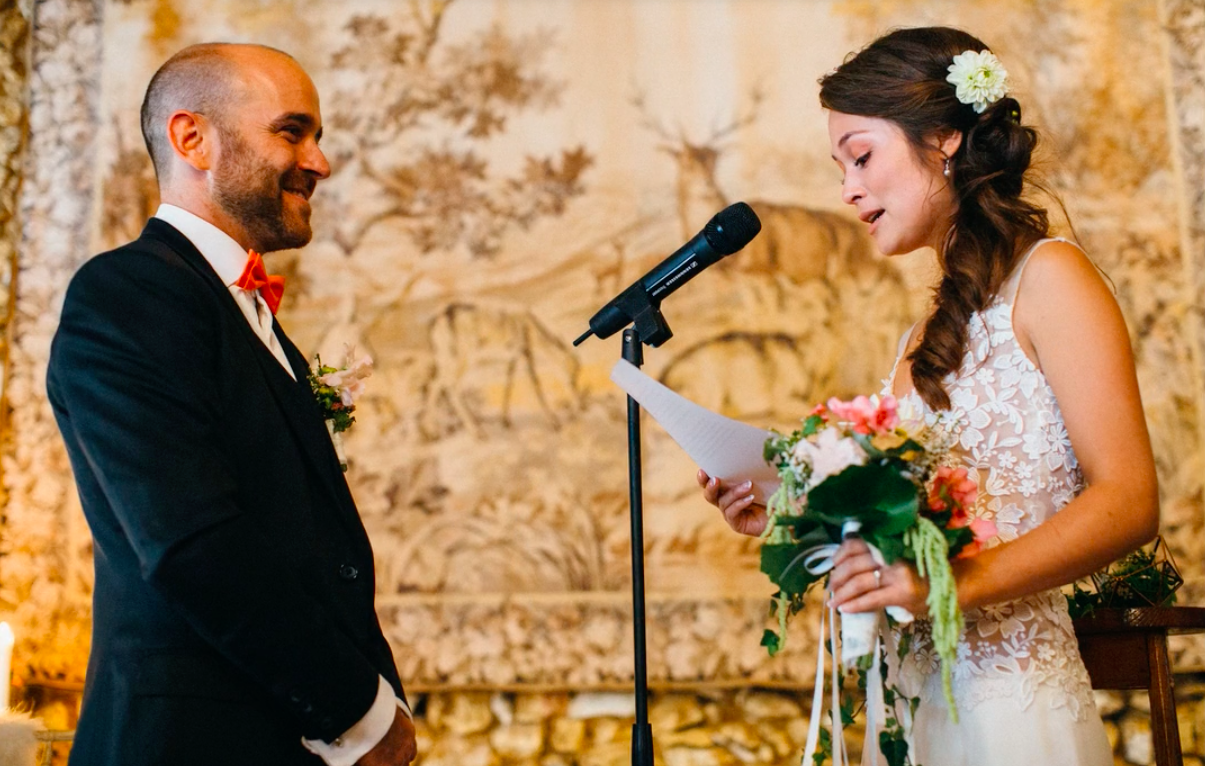 Parler en public : Les 10 conseils d'une comédienne pour assurer sa prise de parole pendant une cérémonie laïque