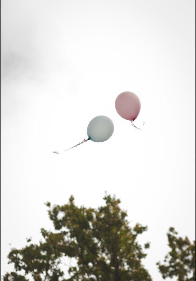 Une pensée aux absents : l'émouvant lâcher de ballons de Pauline et Jérôme